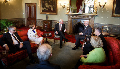 Bundespräsident Frank-Walter Steinmeier und Elke Büdenbender im Gespräch mit dem Gouverneur von New South Wales, General a. D. David John Hurley, im Government House in Sydney anlässlich des Staatsbesuchs in Australien