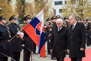 Federal President Frank-Walter Steinmeier is welcomed with military honors by the Slovak President, Andrej Kiska, at the Presidential Palace in Bratislava on the occasion of his first official visit to the Slovak Republic