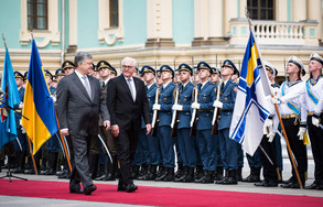 Federal President Frank-Walter Steinmeier is welcomed with military honours by President Petro Poroshenko in the Mariyinsky Palace on the occasion of his official visit to Ukraine