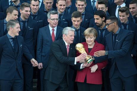 Bundespräsident Joachim Gauck bei der Aufstellung zum Gruppenfoto gemeinsam mit Bundeskanzlerin Angela Merkel und Bundesinnenminister Thomas de Maizière bei der Verleihung des Silbernen Lorbeerblattes in Schloss Bellevue an die Deutsche Fußballmannschaft